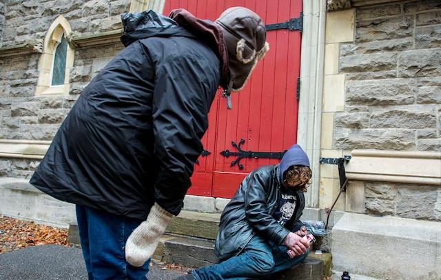 L'abbé Paradis a souvent le réflexe de s'approcher des itinérants qui dorment dans la rue pour s'assurer qu'ils respirent toujours.