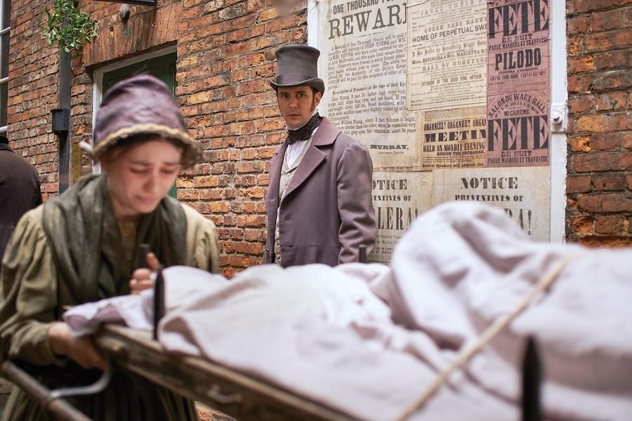 Pour comprendre comment enrayer l'épidémie, le Dr John Snow (Sam Swainsbury) mène son enquête dans la rue.