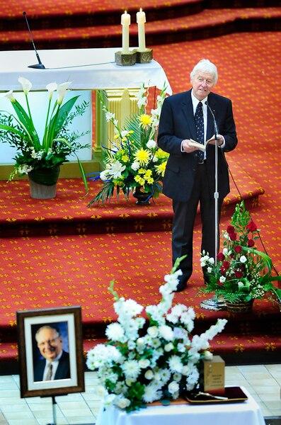 Jean-Paul L'Allier fait un temoignage a  la Basilique Notre-Dame-de-Quebec lors des funerailles de Roland Arpin le 11 septembre 2010 a Quebec. Funerailles publique de Roland Arpin, fondateur et ancien directeur general du Musee de la civilisation a Quebec.SIMON CLARK / JOURNAL DE QUEBEC / AGENCE QMI