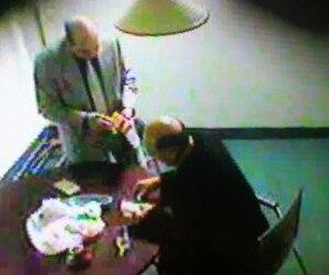 Nicolo Milioto a été filmé plusieurs fois à son insu au café Consenza, qui fut le repaire de la mafia montréalaise pendant des années. Il remet ici de l'argent à Rocco Sollecito, l'un des fidèles soldats de la famille Rizzuto. Il cachait même des liasses dans ses chaussettes.