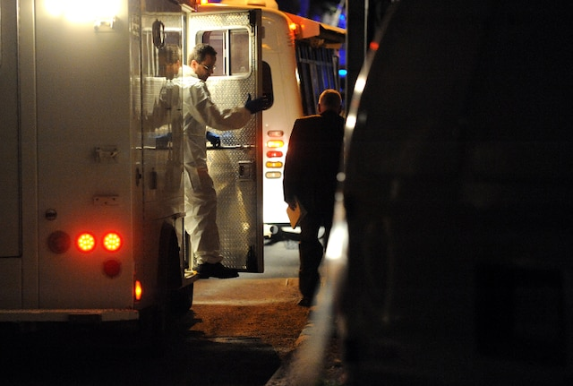 Un drame c'est produit au 15 rue Foisy à Lévis jeudi le 3 Mai 2012 près de Québec. Un enfant serait mort par arme à feu. Ici, les enqueteurs de la SQ font leur enquete.SIMON CLARK/JOURNAL DE QUEBEC/AGENCE QMI