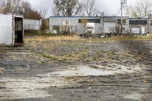 Malgré le retrait des barils, une pelletée de terre dans la partie sud-est du terrain de Reliance contiendrait en fait une matière dangereuse imbibée de BPC.