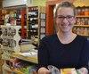 Karine Habel, copropriétaire de l'Épicerie Chez Daniel de Mont-Carmel, dans le Bas-Saint-Laurent, donne à ses clients certains produits dont la date «meilleur avant» est dépassée.