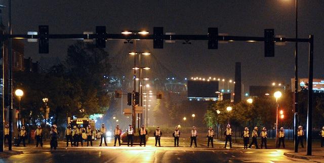 Les policiers bloquent l'accès au pont Jacques-Cartier. Peu de manifestants se sont rassemblés pour participer à la 36e manifestation nocturne, pour protester contre l'application de la loi spéciale 78 et la hausse des frais de scolarité, à Montréal, le mardi 29 mai 2012. MAXIME DELAND / AGENCE QMI