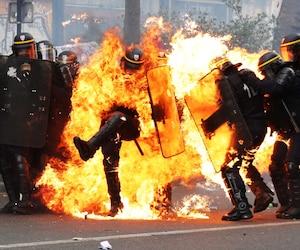 Des heurts entre des jeunes cagoulés et les forces de l'ordre ont éclaté lundi à Paris, blessant deux policiers, selon la préfecture de police, en marge du défilé du 1er mai. Des individus masqués et cagoulés ont jeté des projectiles et des cocktails Molotov sur les forces de l'ordre, qui ont répondu en faisant usage de grenades lacrymogènes, a indiqué la police.