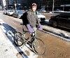 Vincent Galloy, messager à vélo au centre-ville de Montréal, brave le froid pour gagner sa vie.