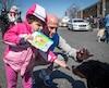 Quelques centaines de personne ont pris part à la marche «Rendez-vous pour l'autisme 2016» organisée par Autisme Montérégie à l'école secondaire André-Laurendeau, à Saint-Hubert près de Montréal, dimanche 24 avril 2016. Sur cette photo: Laurent Ciman et sa fille Nina.