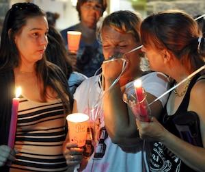 La mère de Samantha Higgins, Vanessa Higgins, était en larmes pendant la vigile en honneur de sa défunte fille, hier soir, à LaSalle.