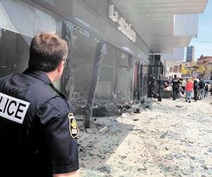 Des débris, dont de la vitre, ont notamment été projetés au sol témoignant de la force de l'impact, lors de l'accident survenu mercredi dans la Basse-Ville de Québec.