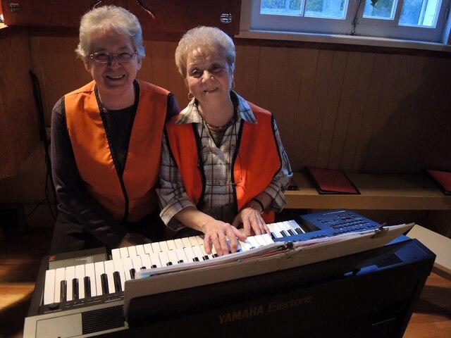 Tout comme plusieurs paroissiens, la directrice de la chorale, Rosianne Trudel, et l'organiste, Jeannine Mireault-Ricard, portaient leur uniforme de chasse.