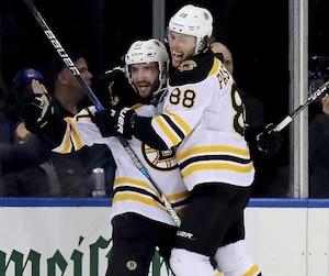 Petite célébration de Patrice Bergeron #37 et David Pastrnak #88 des Bruins après que le but du Québécois qui a porté la marque à 3-1.