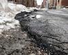 Des travaux d'asphaltage ont été bâclés sur la rue Barrette, dans l'arrondissement du Plateau-Mont-Royal, à Montréal, alors que de l'asphalte a été posé par-dessus de la neige.
