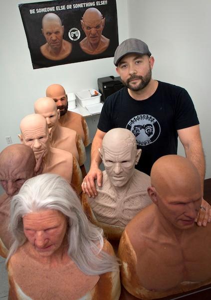 Ian Marier, 37 ans, fondateur de Realflesh Masks. La compagnie de Saint-Hubert fabrique des masques en silicone hyperréalistes.