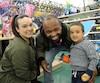 Jean-Gothy Delusme, sa conjointe Patricia Aranguiz et leur petit Gabriel ont magasiné une heure avant tout le monde au Toys «R» Us d'Anjou.