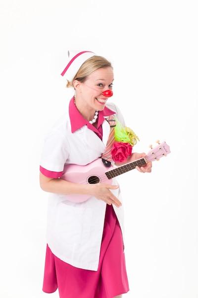 Le personnage d'Élyse pour les enfants s'appelle Dr Sanguine. Une infirmière tout de rose vêtue, coiffe sur la tête et jouant du ukulélé. Pour les personnes âgées, son personnage se nomme Betty Labelle. Avec sa crinoline orange brûlée et son chapeau fleuri, elle est candide et pétillante.