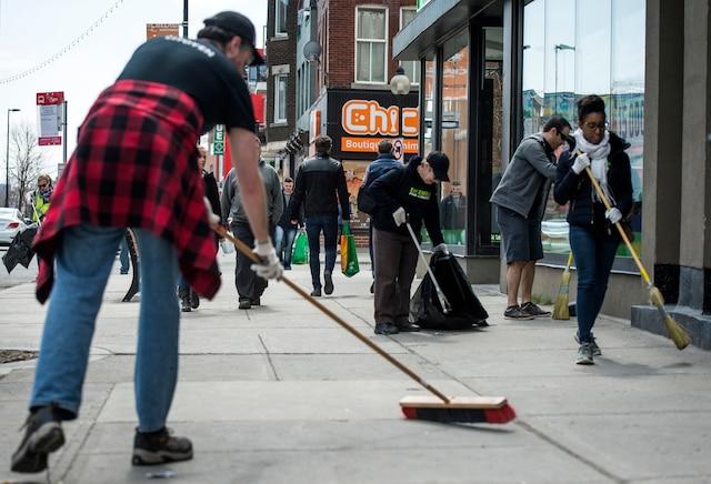 Grande Corvée de nettoyage des rues Sainte-Catherine et Ontario organisée par la SDC Hochelaga-Maisonneuve et l'organisme Y'a QuelQu'un l'aut'bord du mur, à Montréal, samedi le 28 avril 2018. JOEL LEMAY/AGENCE QMI