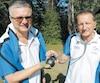 Le médecin de l'équipe de France, Jean-Pierre Iannarelli (à droite), s'assure de la santé des joueurs et de son sport avec la complicité du directeur technique,Jean-Yves Peronnet.