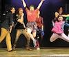 Le jeu de haut niveau des danseurs de la comédie musicale <i>Fame</i> permet souvent d'oublier quelques performances vocales moins réussies.