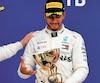 Lewis Hamilton célèbre sa victoire avec son coéquipier Valtteri Bottas. Ce dernier a laissé Hamilton le dépasser pendant la course afin de le laisser augmenter son avance sur Sebastian Vettel au classement général.