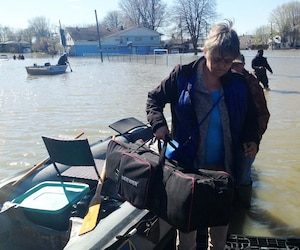 Linda Hamel a passé la journée de mercredi à aider des proches avec le bateau qu'elle a acheté.