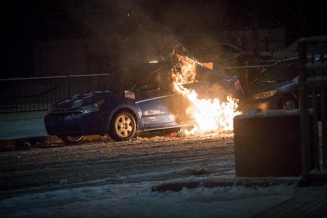 Plusieurs voitures ont été la proie des flammes. Plusieurs ont été calcinées