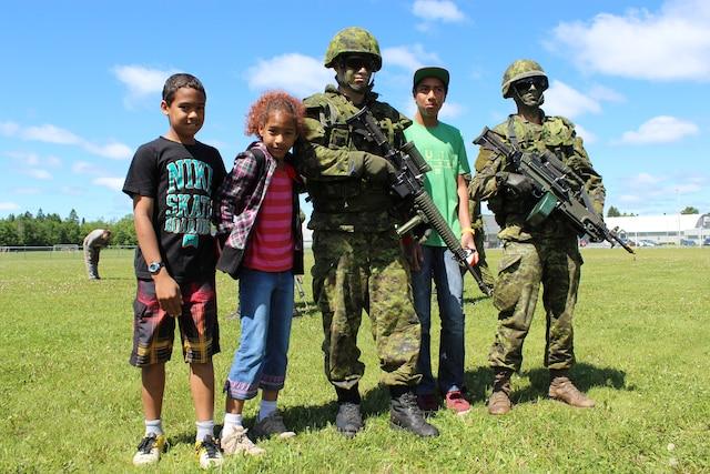Plusieurs enfants ont pris la pause avec les militaires.