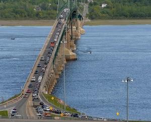 Les travaux qui entravaient une voie sur le pont de l'Île-d'Orléansont causé une lourde congestion samedi dernier.