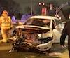 La force de l'impact a lourdement endommagé les véhicules, mais par chance, les conducteurs s'en sortent avec des blessures légères.
