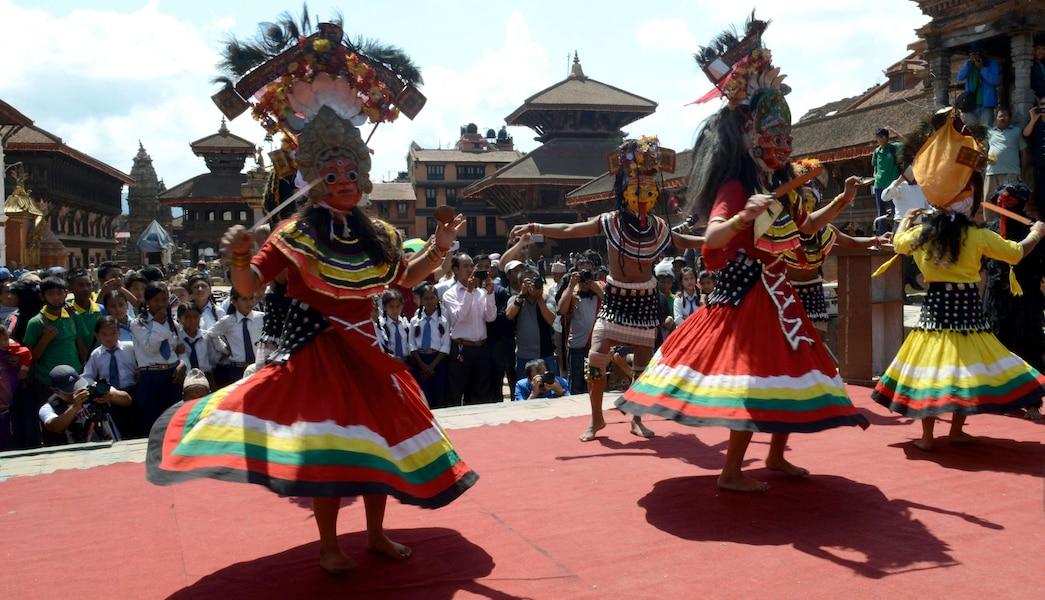 Des danseurs en costumes traditionnels lors de la cérémonie à Bhaktapur.