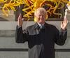 Grâce à son don de 500 000 $, le Musée des beaux-arts de Montréal a pu acquérir le <i>Soleil</i> de Dale Chihuly.
