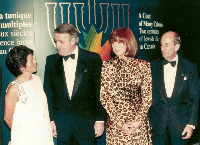De gauche à droite : Andrea Bronfman, sa défunte épouse, l'ancien premier ministre Brian Mulroney, sa femme Mila et Charles Bronfman à l'inauguration de l'exposition <i>ACoat of Many Colours</i>, rendue possible grâce à Andrea.
