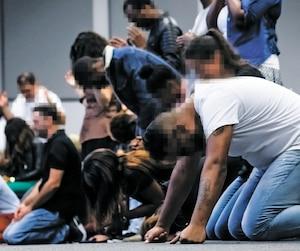 Des fidèles de Parole qui libère se mettent à genoux ou se couchent au sol lors d'une séance appelée Face à face au Centre Action en juillet 2017.