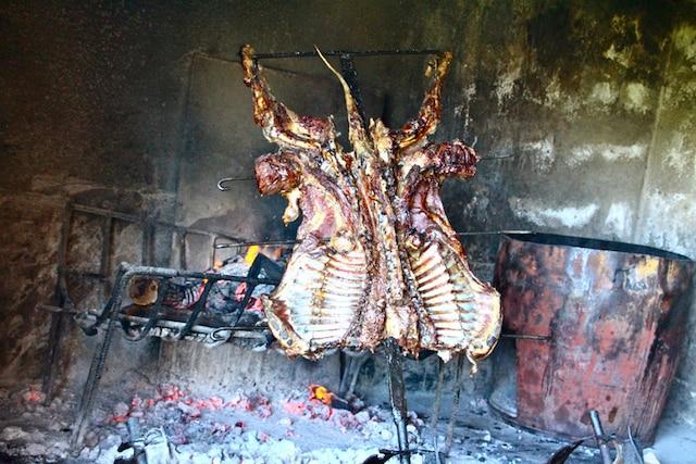 L'authentique BBQ argentin préparé sur feu de bois avec de l'agneau frais de la ferme.