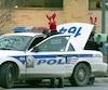 Des agents ont ajouté des panaches de renne à leurs casquettes rouges et leurs pantalons de camouflage pour protester.