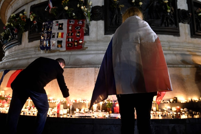 Des centaines de Parisiens se sont rassemblés sur la place de la République.