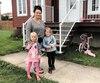 Caroline Brochu et ses deux filles, Abby et Lily-Mai, ont attendu l'autobus scolaire qui n'est jamais passé, lundi dernier, à Saint-Alexis, dans la région de la Lanaudière.