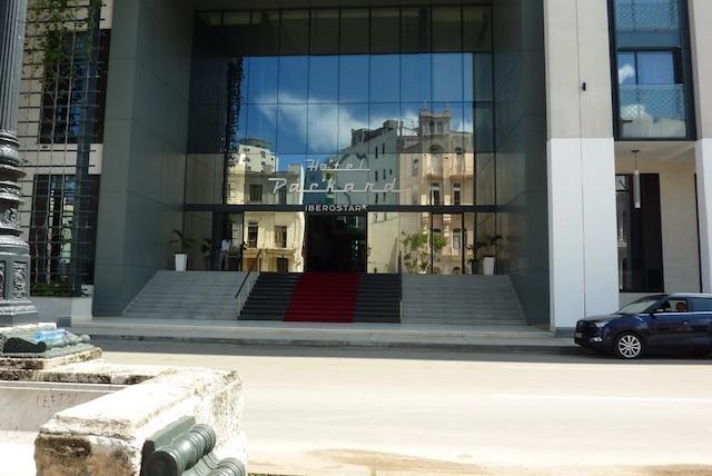 L'immense façade vitrée de l'hôtel 5 étoiles Packard.