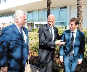 Mardi, en France, Philippe Couillard a visité les ateliers où Airbus assemble ses mégatransporteursA380. Il était accompagné de Tom Enders, PDG d'Airbus, et de Guillaume Faury, directeur, avions commerciaux, d'Airbus.