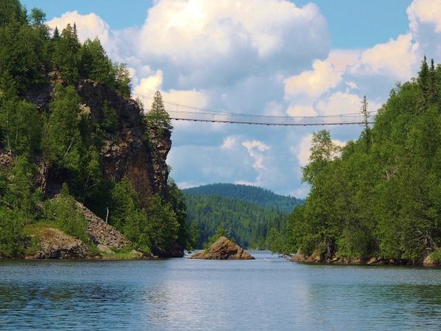 Un pont suspendu aperçu lors de notre balade au parc national d'Aiguebelle.
