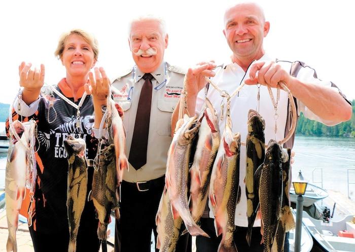 Réal Massé rend toujours ses pêcheurs heureux, comme on peut le voir ici avec Johanne Hamel et Daniel Beaudoin de Saint-Julien.
