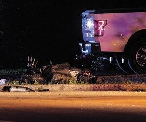 Le scooter de l'adolescente a été propulsé à quelques mètres lors de l'impact. Ilétait très abîmé.