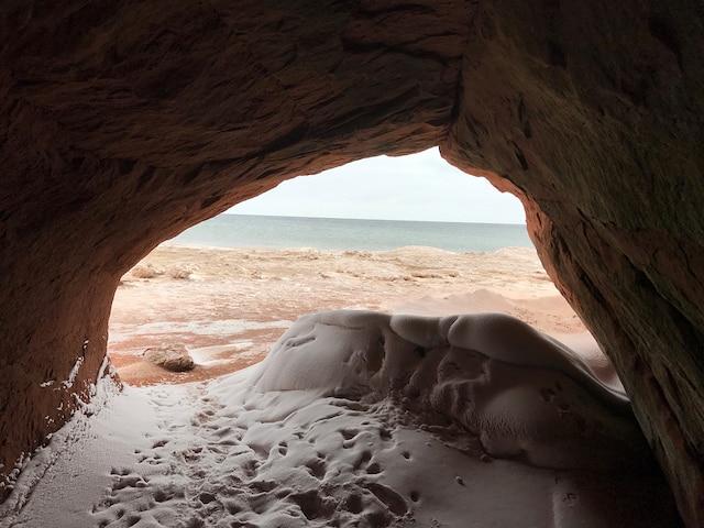 Les grottes creusées à même les falaises  de grès rouge se transforment en  chaleureux refuges hivernaux.