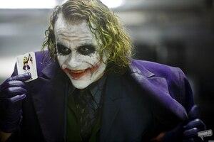 Elle se découpe le visage comme le Joker