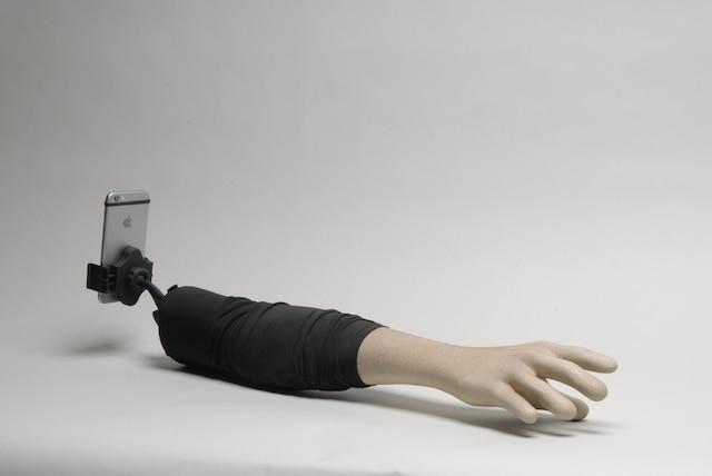 «Personne ne veut avoir l'air seul quand il se prend soi-même en photo.» Aric Snee et Justin Crowe ont créé un bâton à selfie en forme de bras humain pour simuler la présence d'un ami dans vos egoportraits.