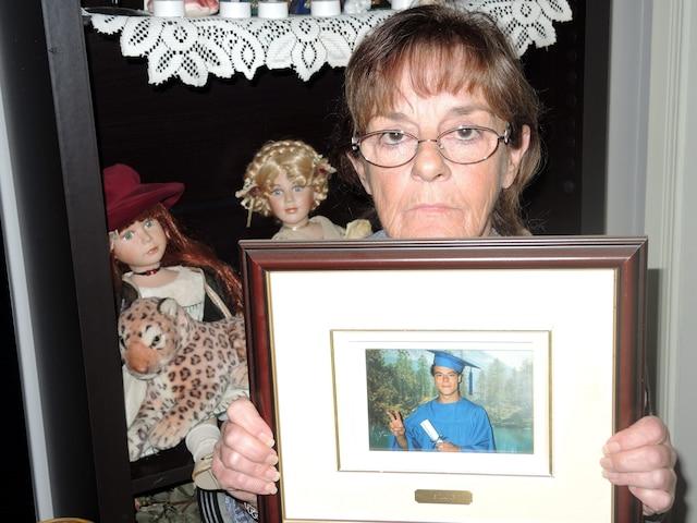 1. Christiane Lambert tient entre ses mains une photo de son fils Christian.
