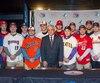 L'ambassadeur de Cuba, Julio Garmendia Pena, est entouré de joueurs de la LBJÉQ.