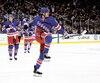 Les Rangers de New York, l'équipe de la LNH qui vaut le plus, mais qui ne pointe qu'au 72e rang mondial selon <i>Forbes</i>. Sur la photo, Pavel Buchnevich célébrant un but, le 3 mars dernier.