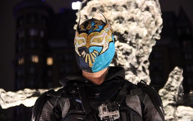 Seul superhéros à Montréal, Lightstep porte un équipement complet: gilet pare-balle, coudières et masque de lutteur mexicain.