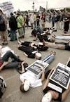Activistes militant contre la peine de mort, à l'occasion d'un die-in organisé proche de l'ambassade des États-Unis, à Paris, le 2 juillet 2005.