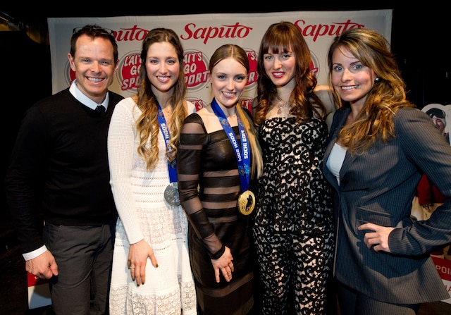 Les médaillés olympiques Jean-Luc Brossard et Annie Pelletier tenaient à féliciter Chloé, Justine et Maxime Dufour-Lapointe.